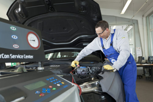 Klimaanlage-Check beim Fruehjahr-Service der Kfz-Meisterbetriebe